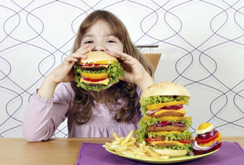 Детям очень сложно отказаться от фаст-фудов и тортиков с пирожными