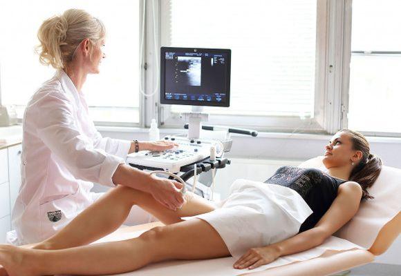 Вены проверяет доктор-флеболог