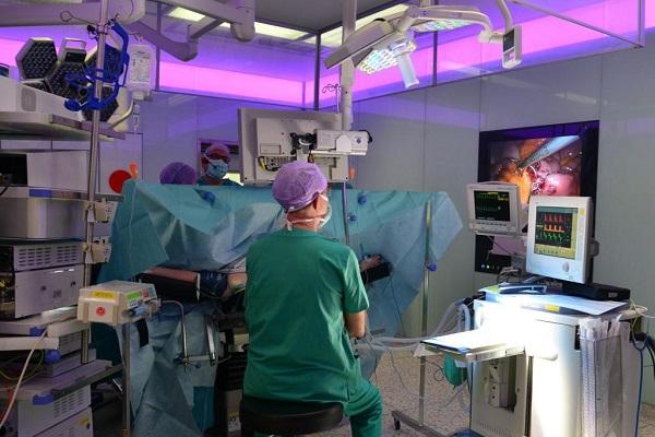 Также хирургическим методом, лечиться сложная форма атеросклероза и при помощи операции, удаляются холестериновые бляшки.
